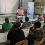Der Vertreter der CEM präsentiert den Zuhörern seine Bildungseinrichtung