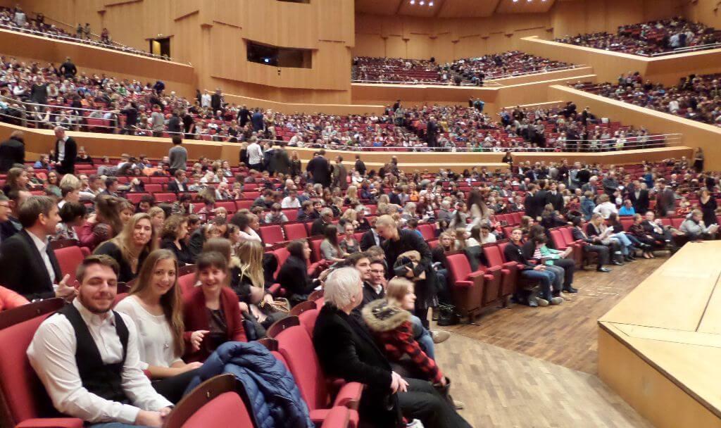 Wir hatten diesmal Plätze in der vordersten, also (bei Nicht-Jugendkonzerten) teuersten Reihen bekommen.